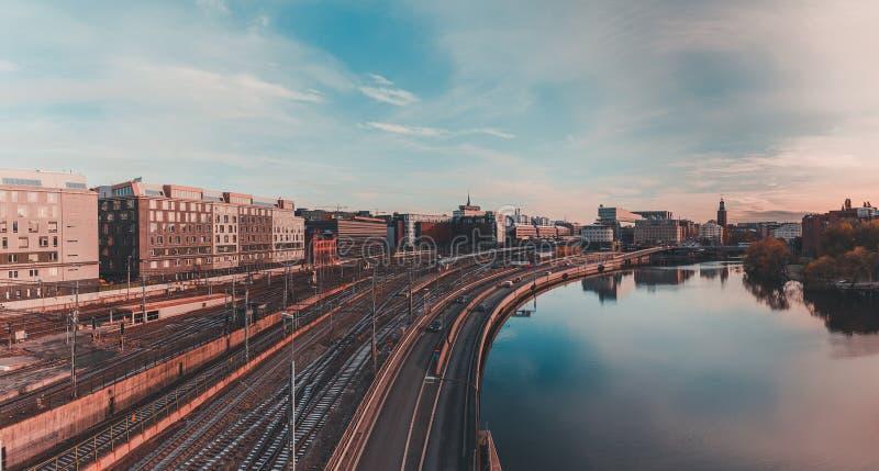 Sztokholm Klarastrandsleden z zmierzchem w początku i linią kolejową Sztokholm główna stacja zdjęcia royalty free