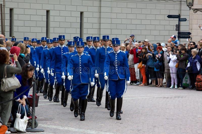 SZTOKHOLM, LIPIEC - 23: Odmienianie strażowa ceremonia z uczestnictwem Królewska Strażowa kawaleria obraz stock