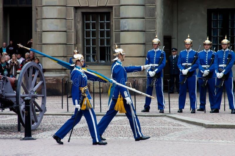 SZTOKHOLM, LIPIEC - 23: Odmienianie strażowa ceremonia z uczestnictwem Królewska Strażowa kawaleria obrazy stock