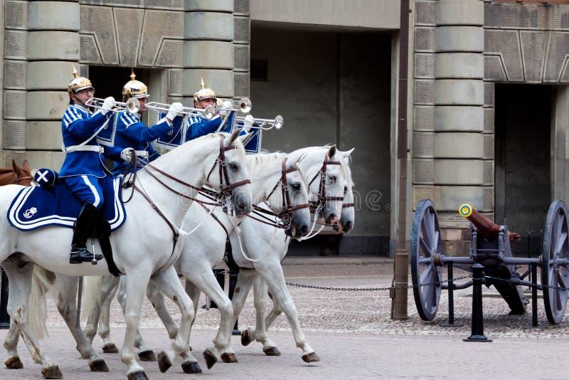 SZTOKHOLM, LIPIEC - 23: Odmienianie strażowa ceremonia z uczestnictwem Królewska Strażowa kawaleria fotografia stock