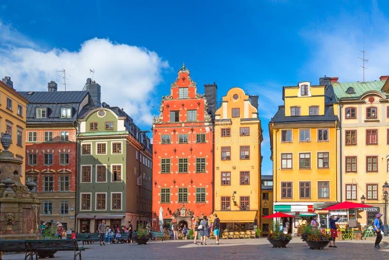 Sztokholm Szwecja, Lipiec, -, 2018: Kolorowa fasada domy w Stortorget kwadracie Gamla Stan Sztokholm, Szwecja z turystami przy obrazy stock