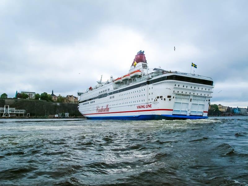 Sztokholm, Szwecja, Maj/- 15 2011: Viking linii statek Kopciuszek z flagą Szwecja kręcenie i opuszczać portem Sztokholm fotografia royalty free