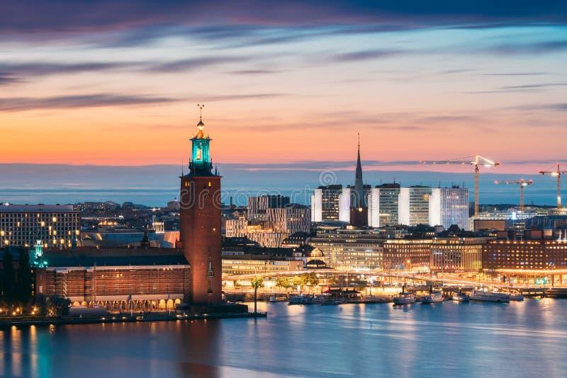 Sztokholm, Szwecja Sceniczny Widok Na Skyline Na Wieżę Sławną Ratusza W Sztokholmie I Kościół Św. Klary Lub Świętego Klara zdjęcia royalty free