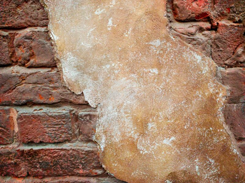 Sztuczna muru z ciemnej cegły z gipsem obraz royalty free