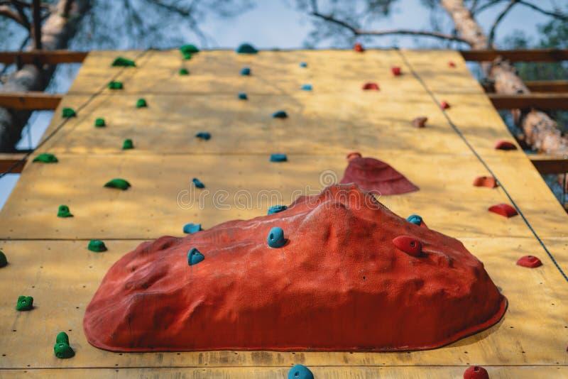 Sztuczna rockowego pięcia ściana przy plenerowym gym przygody parkiem zdjęcie royalty free