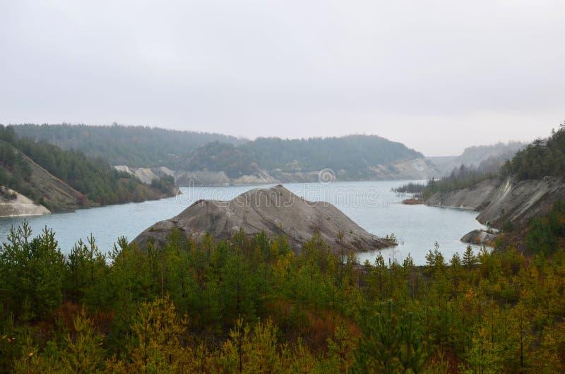 Sztuczne jezioro powstało po wydobyciu kredy w kamieniołomie przemysłowym w miejscowości Krasnoselski na Białorusi Woda ilustracja wektor