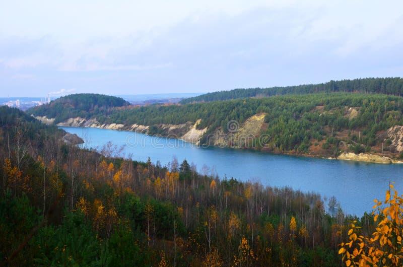 Sztuczne jezioro powstało po wydobyciu kredy w kamieniołomie przemysłowym w miejscowości Krasnoselski na Białorusi Woda royalty ilustracja