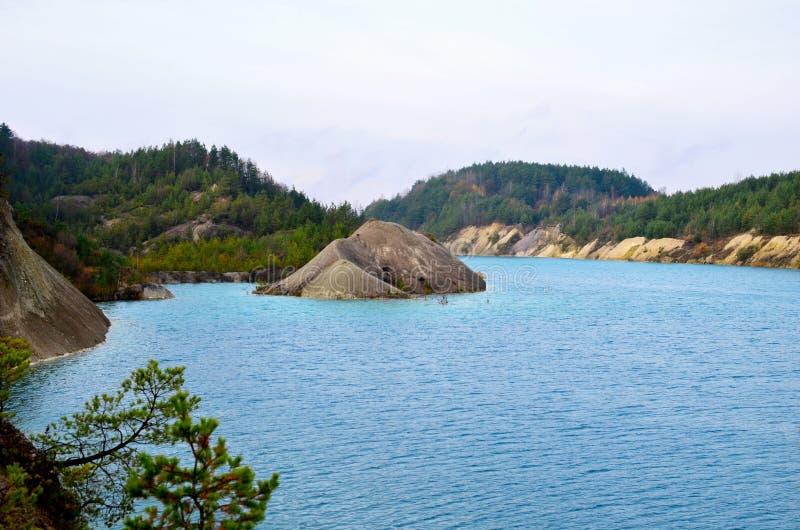 Sztuczne jezioro powstało po wydobyciu kredy w kamieniołomie przemysłowym w miejscowości Krasnoselski na Białorusi Woda ilustracji