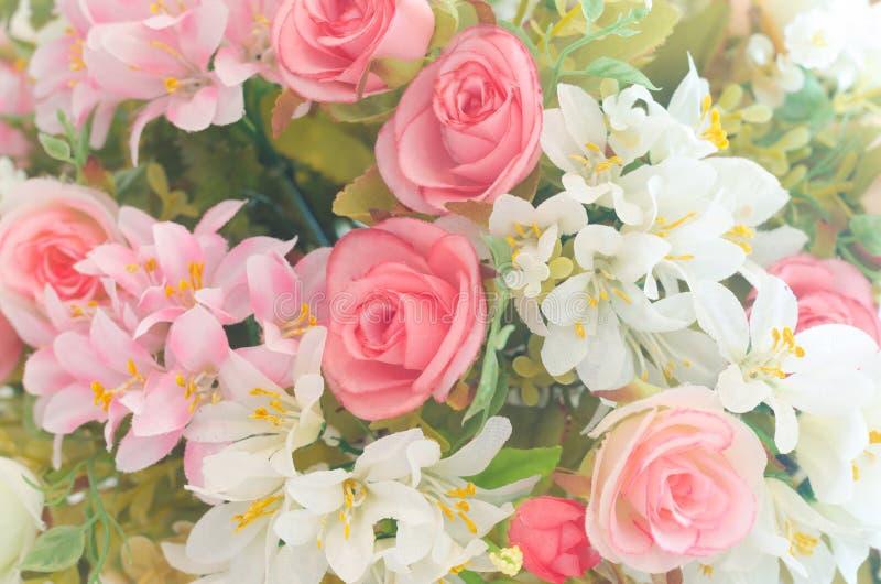 Sztuczne róże kwitną bukiet i miękkiego ostrości tło obrazy royalty free