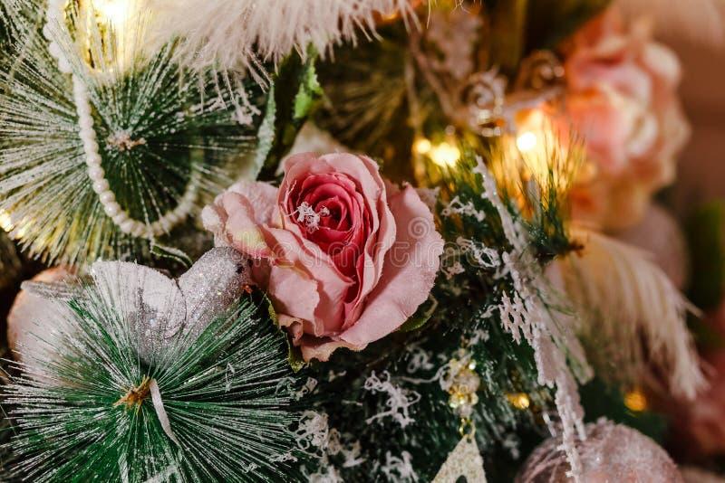 Sztuczne róże na choince fotografia royalty free