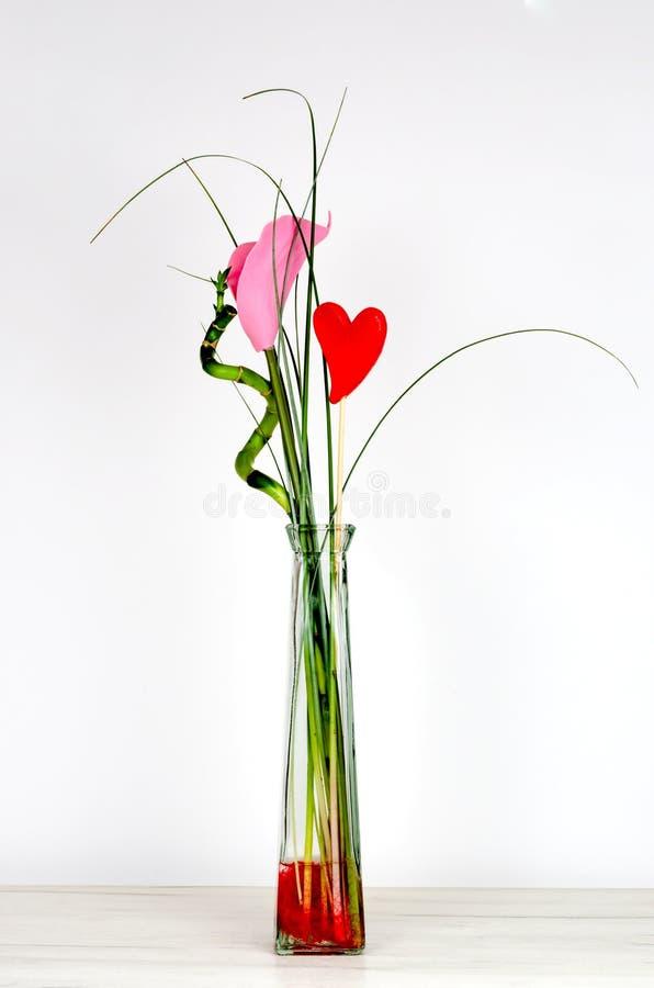 Sztucznego kwiatu bukiet na biel ?cianie obrazy stock