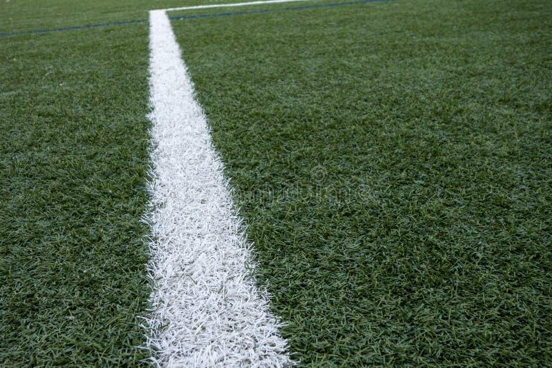 Sztucznej Zielonej gazon piłki nożnej Europejski futbolowy astroturf z bielu pola lampasami i ocechowaniami obrazy royalty free