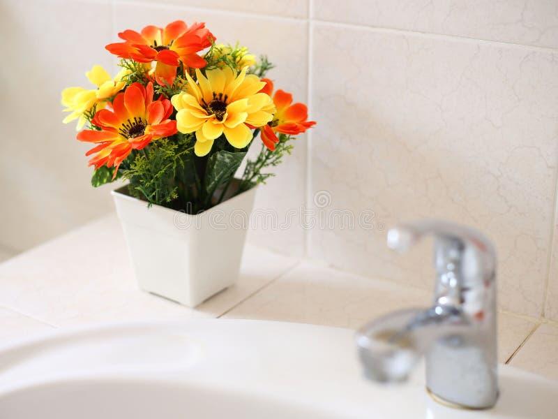 Sztuczni kwiaty przy obmycie basenem obraz royalty free