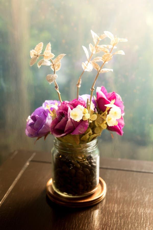 Sztuczni kwiaty w butelce zdjęcia stock