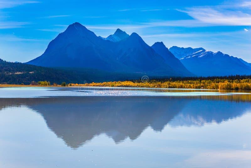 Sztuczny Abraham jezioro odbija złotego ulistnienie osika i brzozy Rozjarzeni błękitni i złoto kolory  obraz royalty free