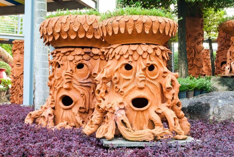 Sztuczny drzewny garnka spojrzenie jak twarz ludzka zdjęcia royalty free
