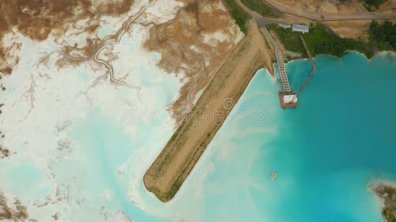 Sztuczny jezioro dla zwalniać substancja chemiczna odpady od fabryka chemikaliów kryzysu ekologiczny ?rodowiskowy fotografii zani zdjęcie stock