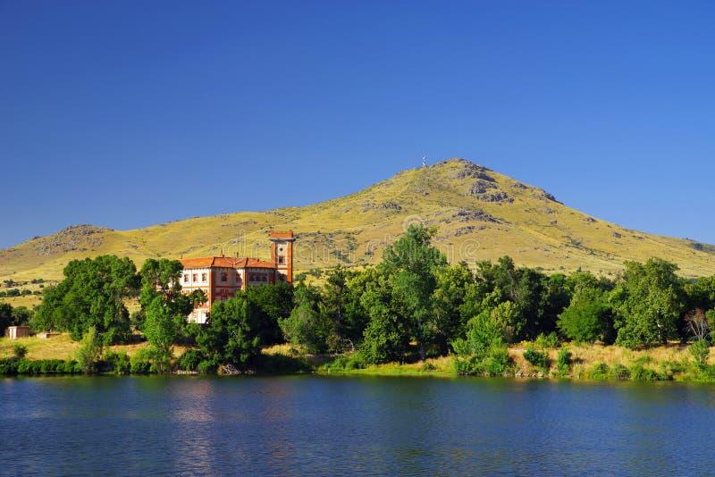 Sztuczny jezioro El Ponton z pałac Santa Cecilia w tle zdjęcia stock