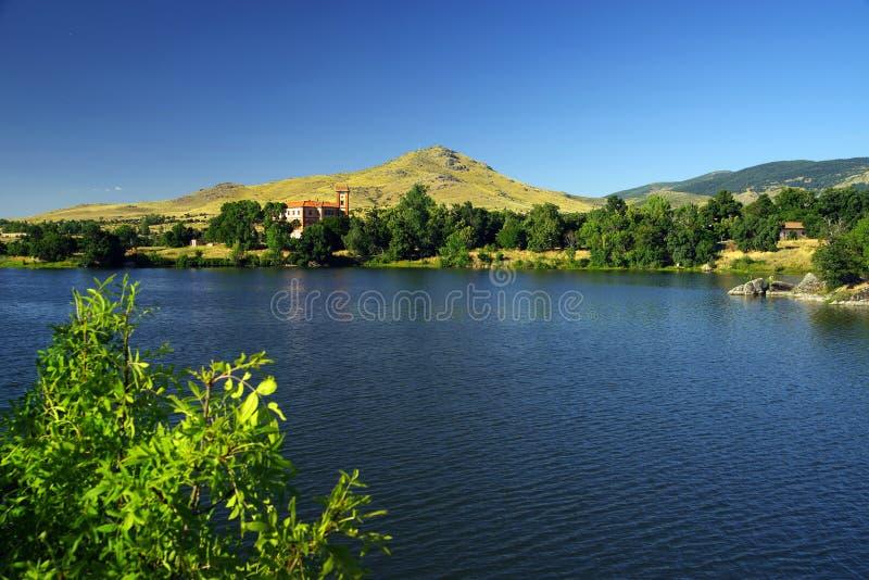 Sztuczny jezioro El Ponton z pałac Santa Cecilia w tle obraz royalty free