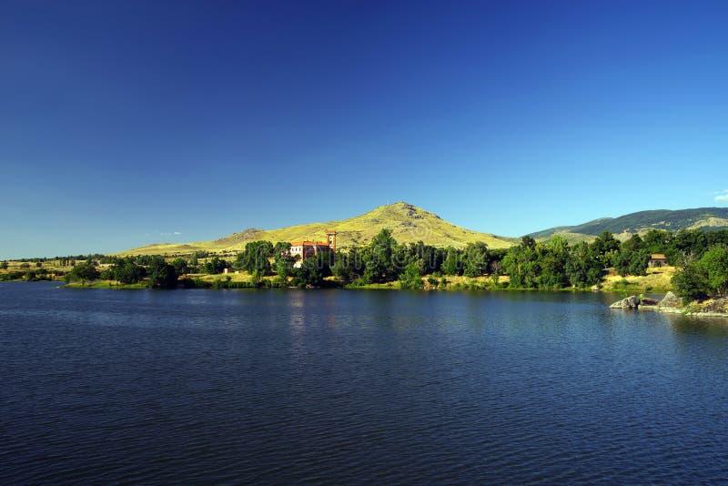 Sztuczny jezioro El Ponton z pałac Santa Cecilia w tle obraz stock