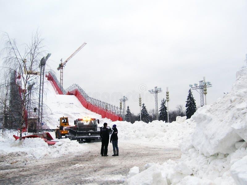Download Sztuczny narciarski skłon obraz editorial. Obraz złożonej z ludzie - 28970510