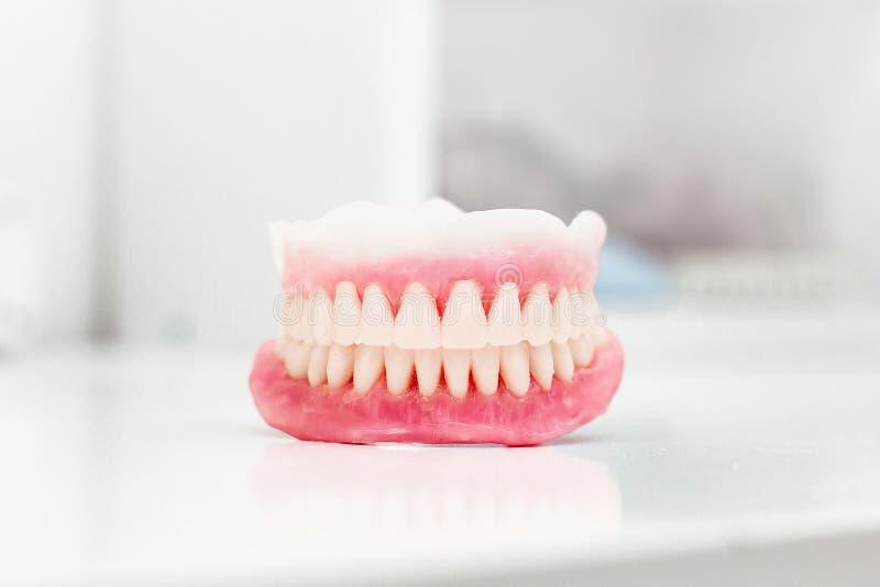 Sztucznych zębów przygotowania pełny usta obrazy royalty free