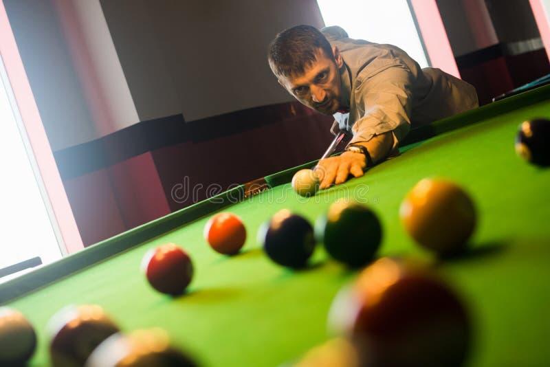 Sztuk billiards w bilardowym klubie obrazy stock