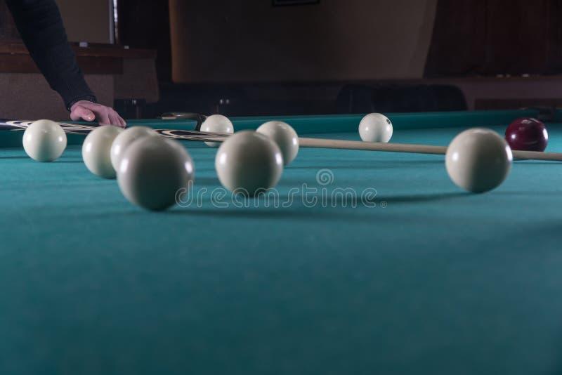Sztuk Billiards wskazówka i bilardowe piłki młotkuje piłkę w dziurę fotografia royalty free