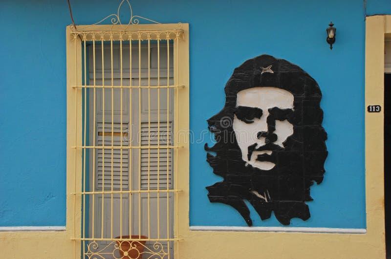 Sztuka Che Guevara na błękitnym kolonisty stylu domu wzdłuż ulicy przy Trinidad, Kuba fotografia stock