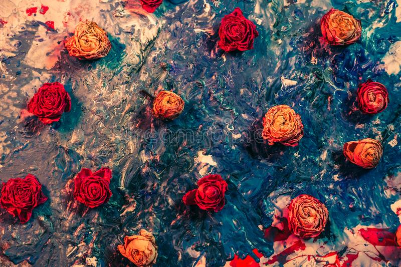 Sztuka kwiatowa, czerwone, pomarańczowe, suszone pąki różowe obraz royalty free