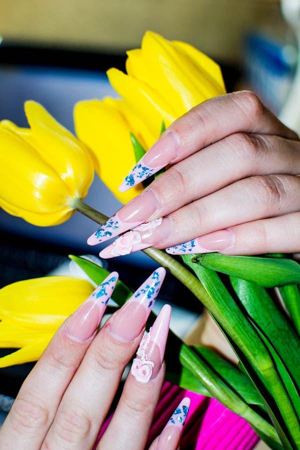 Sztuka kwiaty w ręce i manicure obrazy royalty free