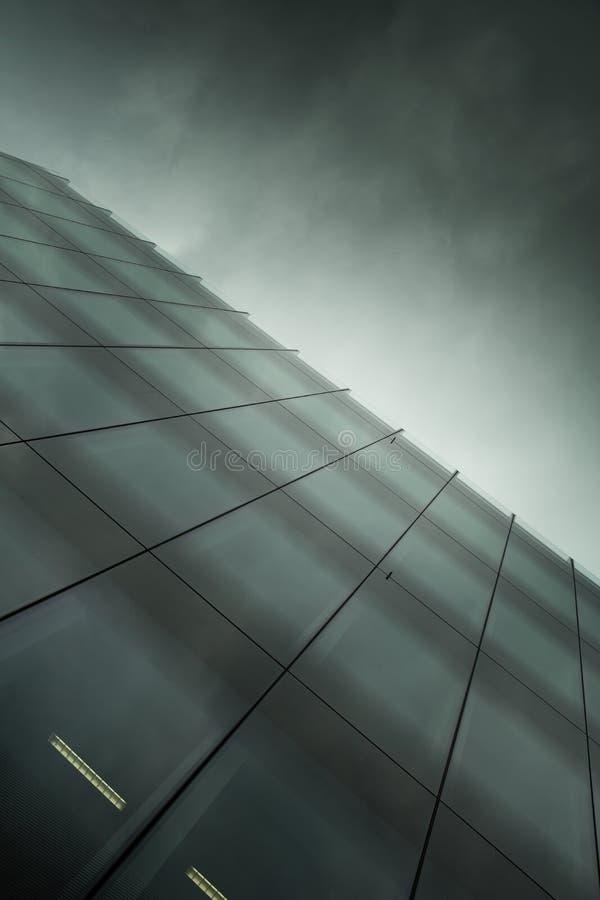 Sztuka nowożytny szklany biznesowy budynek przy nocą fotografia royalty free