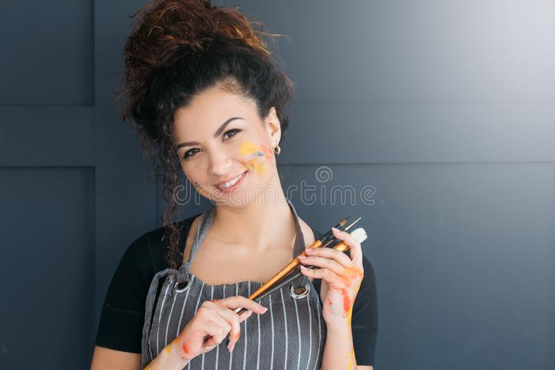 Sztuka piękna portreta kursowej damy ustaleni paintbrushes zdjęcie stock