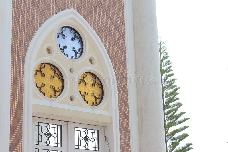 Sztuka pięknego drzwiowego koloru projekta Islamscy okno odzwierciedlają gałąź drzewo i zielenieją obraz royalty free