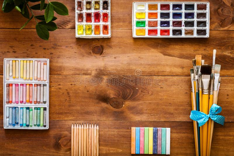 Sztuka projekta kreatywnie pracy akcesoria wytłaczają wzory dostawy ustawiać, farb muśnięcia, paintbox z akwarelami, kredki, ołów zdjęcia royalty free