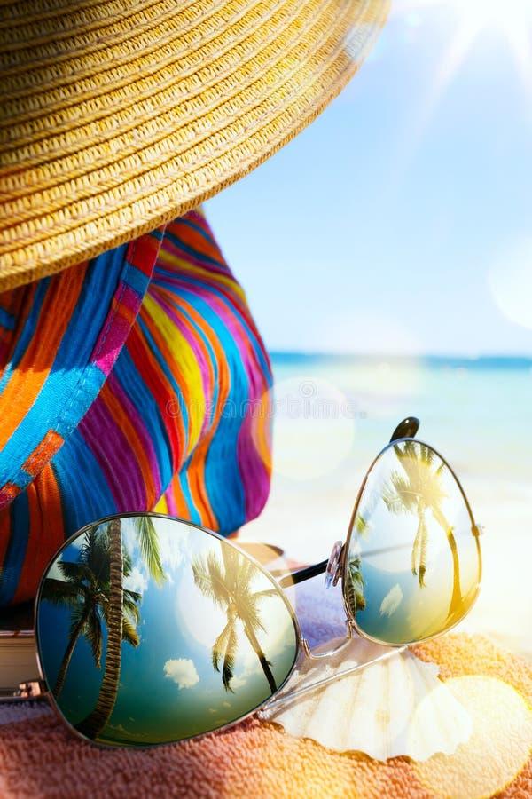Sztuka Słomiany kapelusz i słońc szkła na tropikalnej plaży zdjęcie royalty free