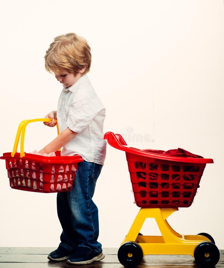 Sztuka sklep ?liczny nabywca klienta klienta chwyta w?zek na zakupy Dzieciaka sklep Ch?opiec dziecka zakupy Du?y zakup Dzieciaka  obrazy royalty free