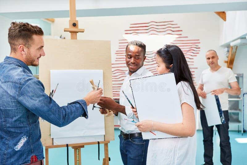 Sztuka uczeń i wykładowca przed sztalugą obraz royalty free