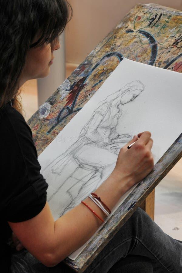 Sztuka ucznia zakończenia ręki przy biurko rysunkiem z ołówkiem zdjęcia royalty free