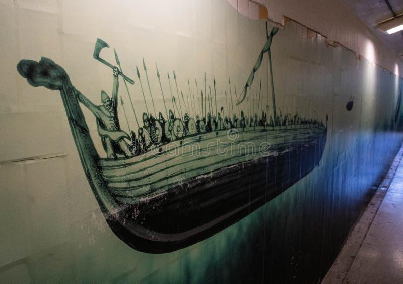 Sztuka w Upplands Väsbys dworca Viking statku obraz royalty free