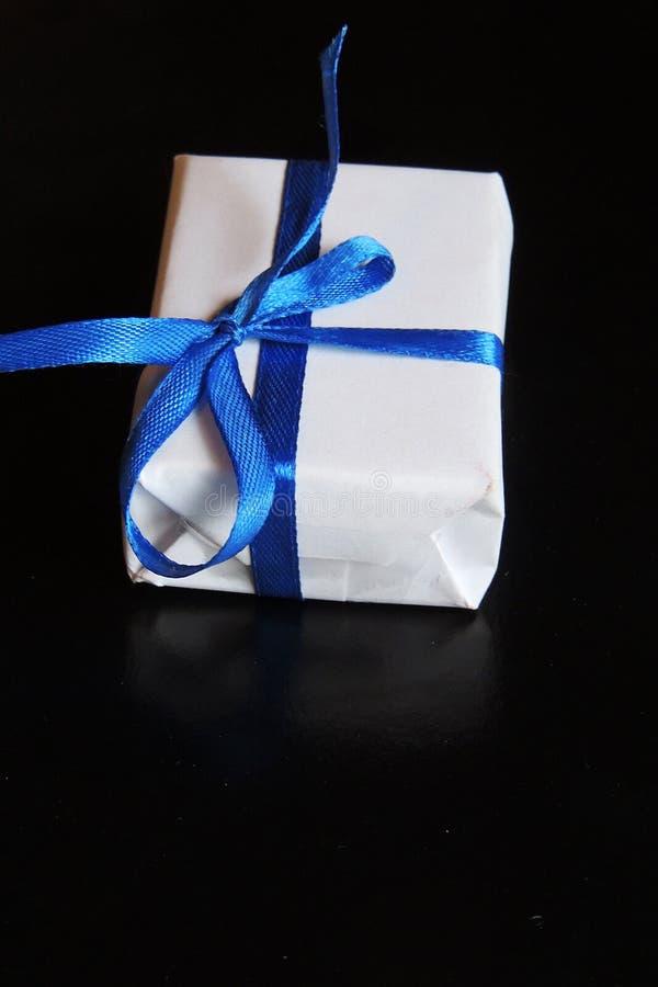 sztuka wakacji Bożenarodzeniowy skład na białym drewnianym tle z choinki dekoracją i kopii przestrzeń dla twój teksta zdjęcia royalty free