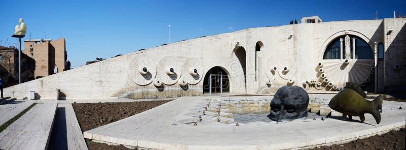 Sztuka współczesna przedmioty czaszka i ryba przy Yerevan kaskadą, gigantyczny schody, Armenia zdjęcie stock