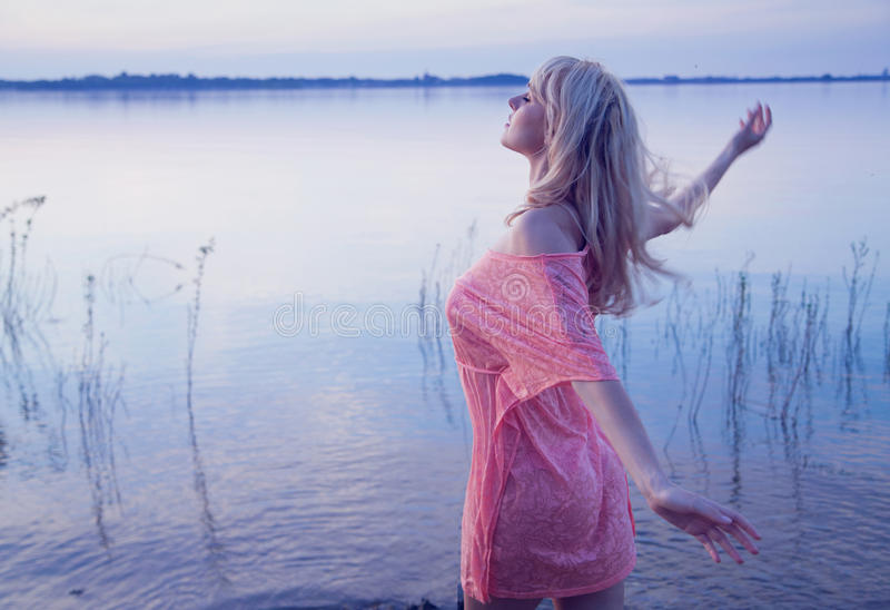 Sztuki fotografia blondynka modela odprowadzenie w wather obraz royalty free