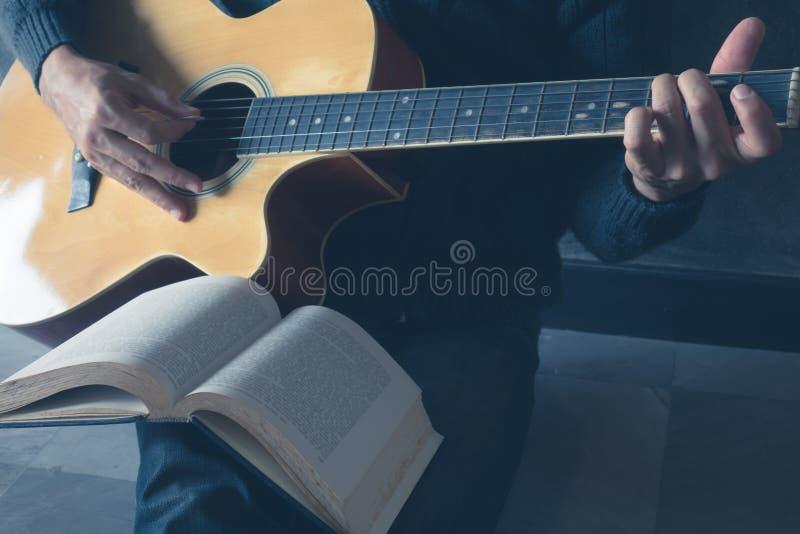 Sztuki gitara Pisze Pieśniowej muzyce fotografia stock