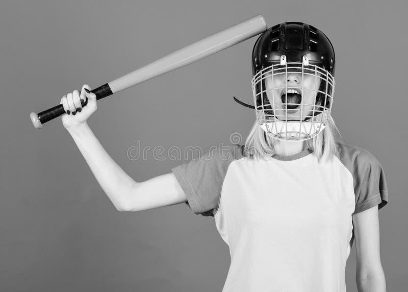 Sztuki gra dla zabawy Kobieta ma zabawę podczas baseball gry Dziewczyny blondynki odzieży baseballa ładny hełm i chwyt uderzamy n fotografia stock
