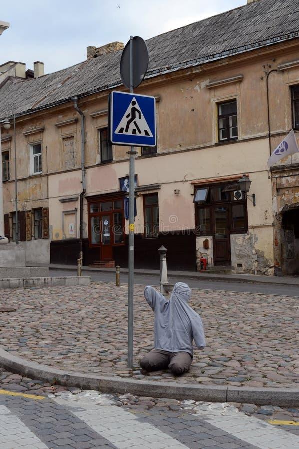 Sztuki instalacja przy zwyczajnym skrzyżowaniem na ulicie Vilnius okręg Uzupis obraz stock
