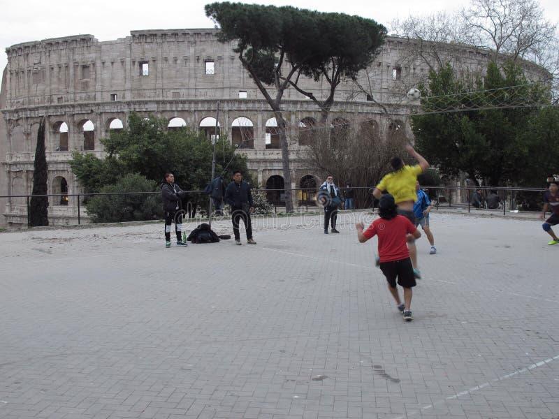 Sztuki koszykówka pod Colosseum obrazy stock