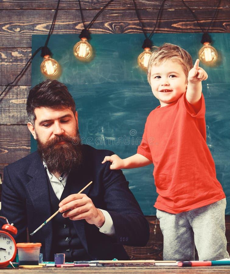 Sztuki lekci pojęcie Utalentowany artysta wydaje czas z synem Dziecko rozochocony i nauczyciela obraz, rysuje Nauczyciel z obraz royalty free
