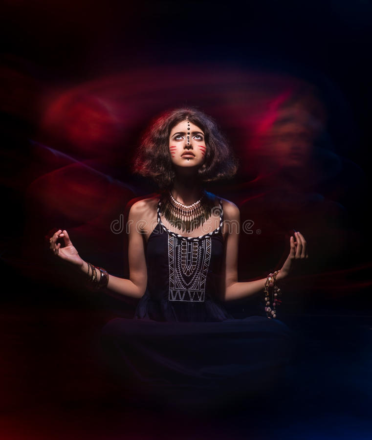 Sztuki mody portret piękna młodej kobiety dziewczyna z plemiennym c fotografia stock