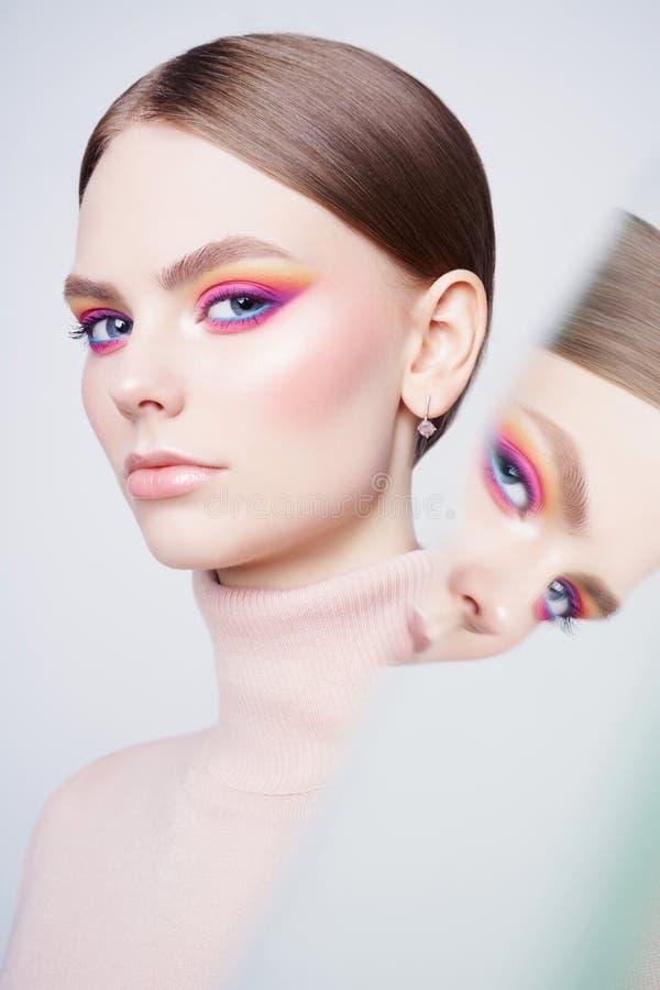 Sztuki mody pracowniany portret piękna brunetka z kwiecistą biżuterią obraz stock